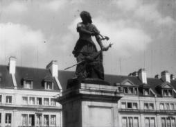 The statue of local heroine Jeanne Hachette, Beauvais (1957) / a 16 mm film by Robert Lemaire (Collection Archipop)